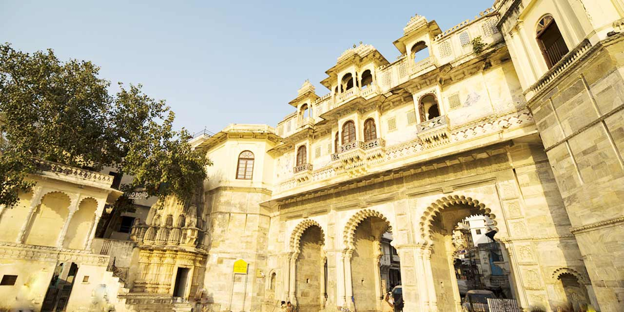 https://udaipurtourism.co.in/images/places-to-visit/headers/bagore-ki-haveli-udaipur-indian-tourism-entry-fee-timings-holidays-reviews-header.jpg
